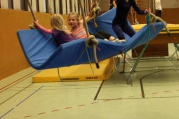 Kinderweihnachtsfeier auf einem fliegenden Teppich, einem Trampolin und in der Gletscherspalte
