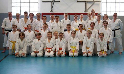 27 Unnaer Karateka absolvieren erfolreich Gürtel-Prüfungen