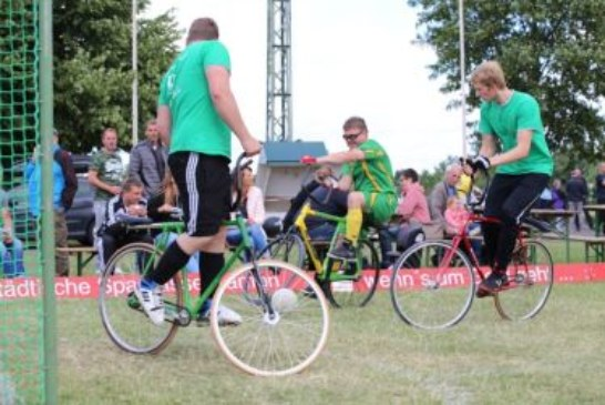 Artistische und akrobatische Einlagen beim Rasen-Radball des RV Methler