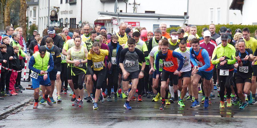 Über 450 Teilnehmer trotzen dem schlechten Wetter beim 44. Ruhrtallauf des VfL Fröndenberg